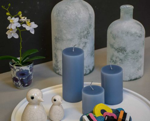 Vinter dekoration til hjemmet blå bloklys og frostvaser