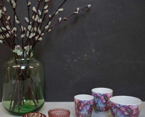 Vinter dekoration til hjemmet stjerner på træbakke med fyrfadsglas
