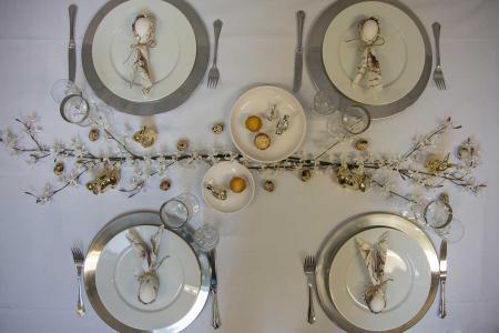 Eksklusivt påskebord i hvid, guld og sølv