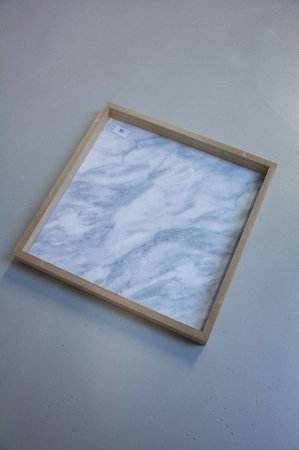 Firkantet bakke med marmorlignende bund