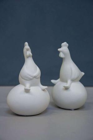 Hvide påske høns på påskeæg