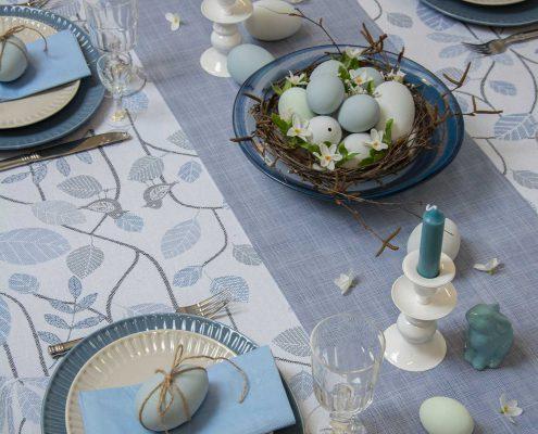 Påske bordpynt - blå bordløber med blå påskeæg og påskeharer