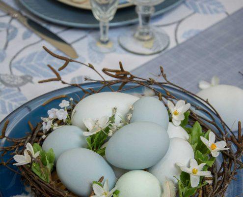 Påske bordpynt - glasfad med fugleredde og påskeæg