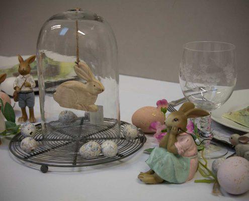 Påske bordpynt med påskehare i glasklokke