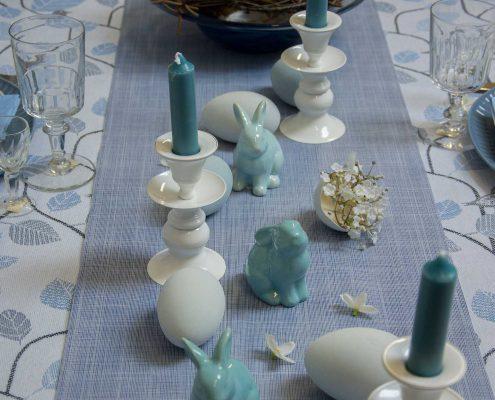 Påskebord - blå bordpynt med påskeæg og påskeharer