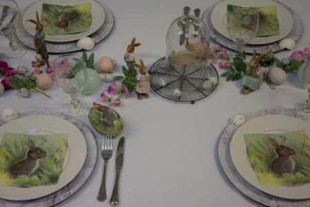 Påskebord med påskeharer, kornblomster og påskeæg