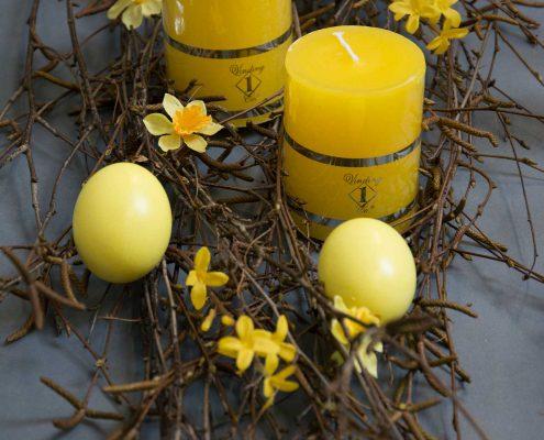 Påskebordpynt - gule påskeæg med gule bloklys