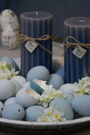 Påskedekoration - hvid bakke med blå påskeæg, påskeliljer og blå bloklys