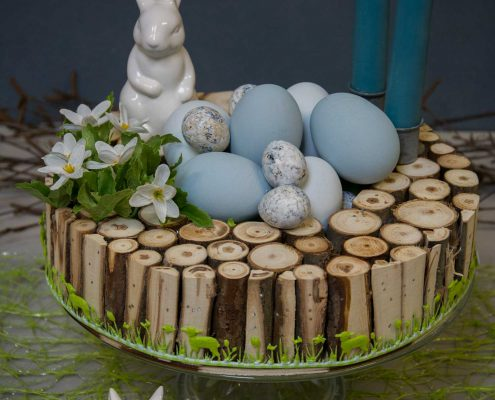 Påskedekoration med blå påskeæg og påskehare figur 2