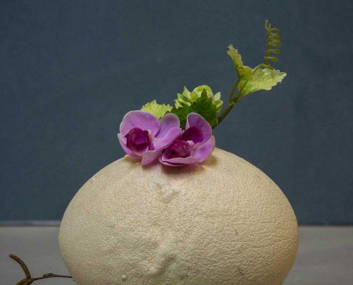 Påskedekoration - strudseæg med lilla orkide og grønne vagtleæg