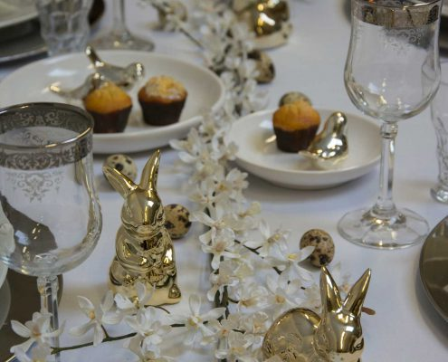 Stilfuldt påskebord i hvid, sølv og guld