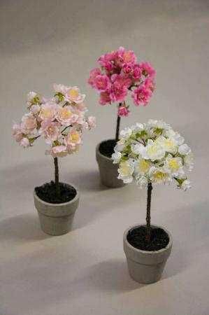 Kunstige blomster - små falske kirsebærtræer i potte