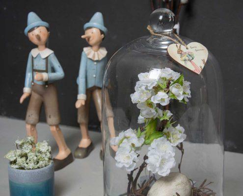 Påske dekoration i glasklokke - pinnochio figurer