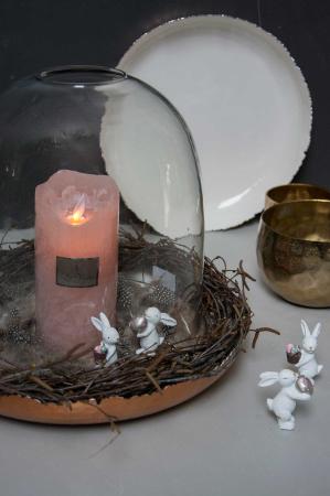Påskedekoration med lys i glasklokke