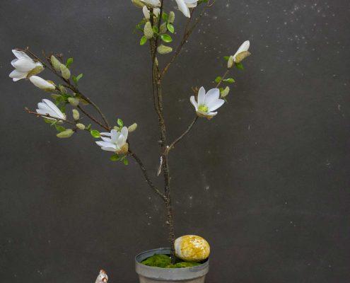 Påskedekoration med magnolietræ og påskekyllinger