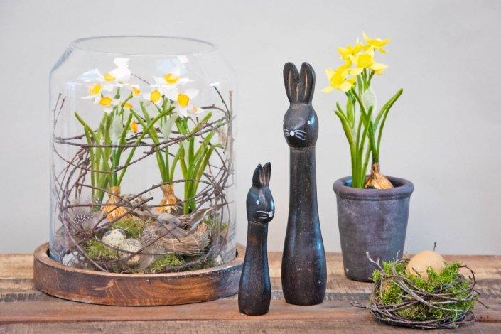 Påskedekoration med blomster i glas