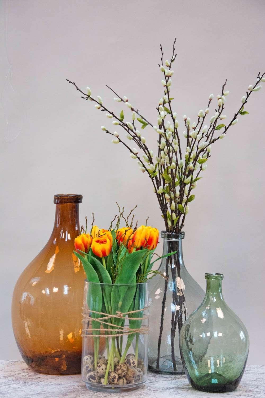Påskedekoration med tulipaner og påskeæg