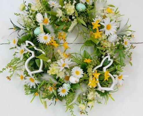Påskekrans til dør med hvide påskeharer