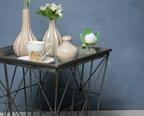 Bakkebord af jern med sandfarvede keramik vaser