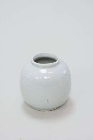 Buttet vase i hvid keramik