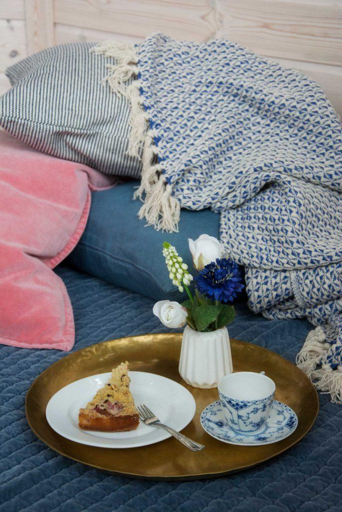 Hyggestund med bløde tæpper og puder