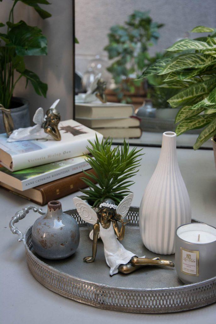 Pynt til hjemmet - små engle figurer på dekorativ bakke