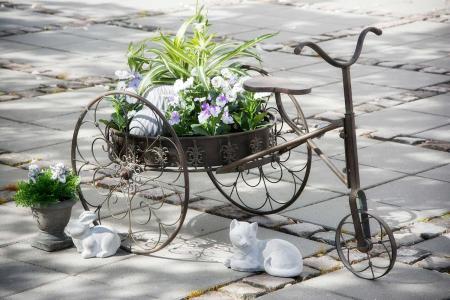 Blomsteropsats i jern til have dekoration - trehjulet cykel