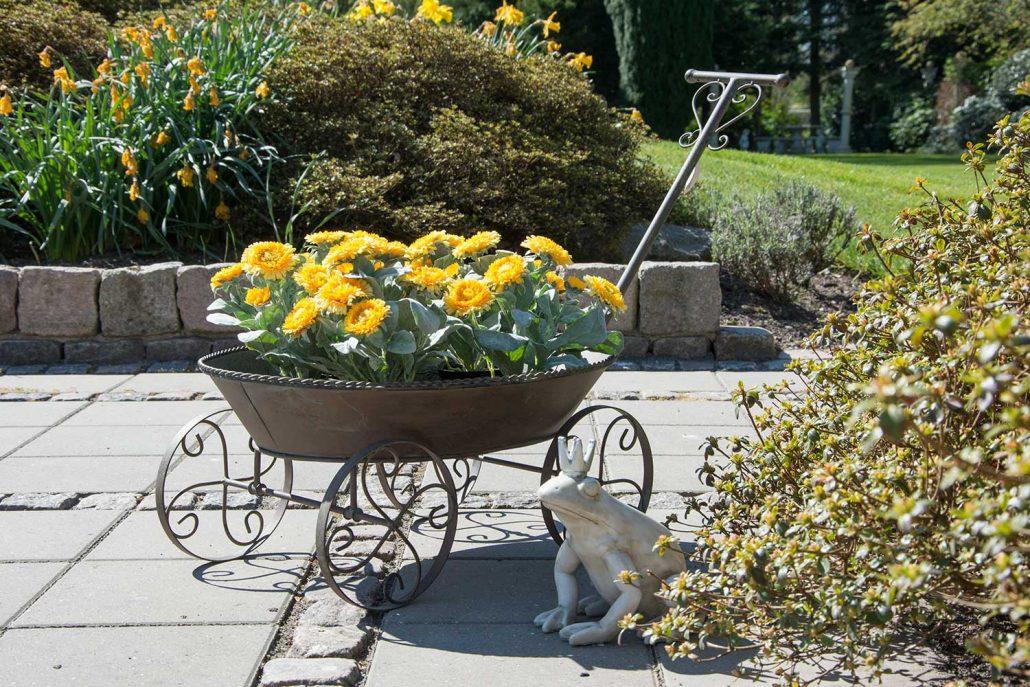 Blomsteropsats i jern til havedekoration - trækvogn