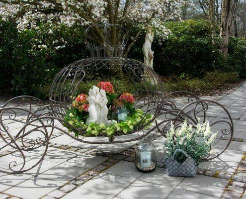 Blomsteropsats i jern til pynt i haven - karet
