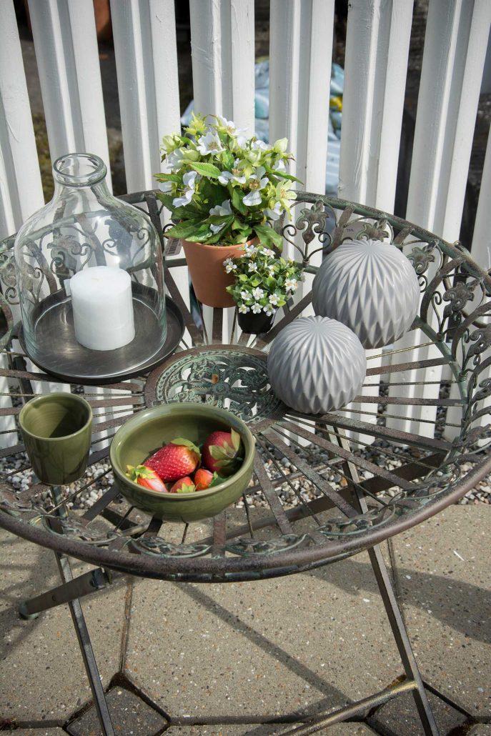 Terrasse indretning - havebord med pyntegenstande