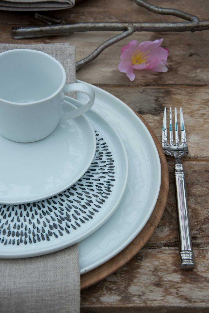 Hvide tallerkener med sorte dråber