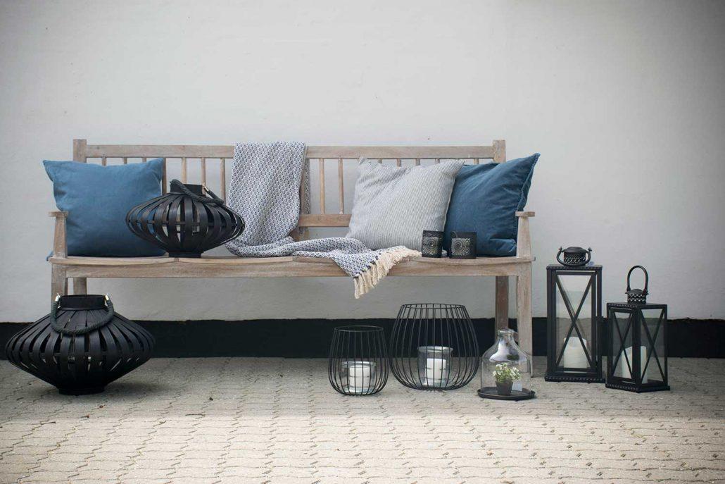 Indret terrassen med lanterner, puder og tæpper