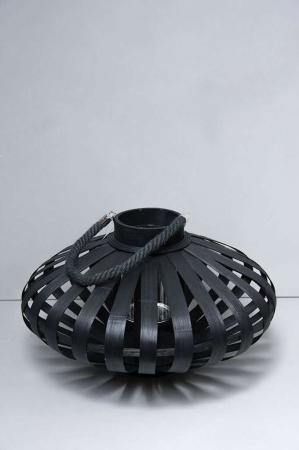 Sort lanterne med sort malede trælameller
