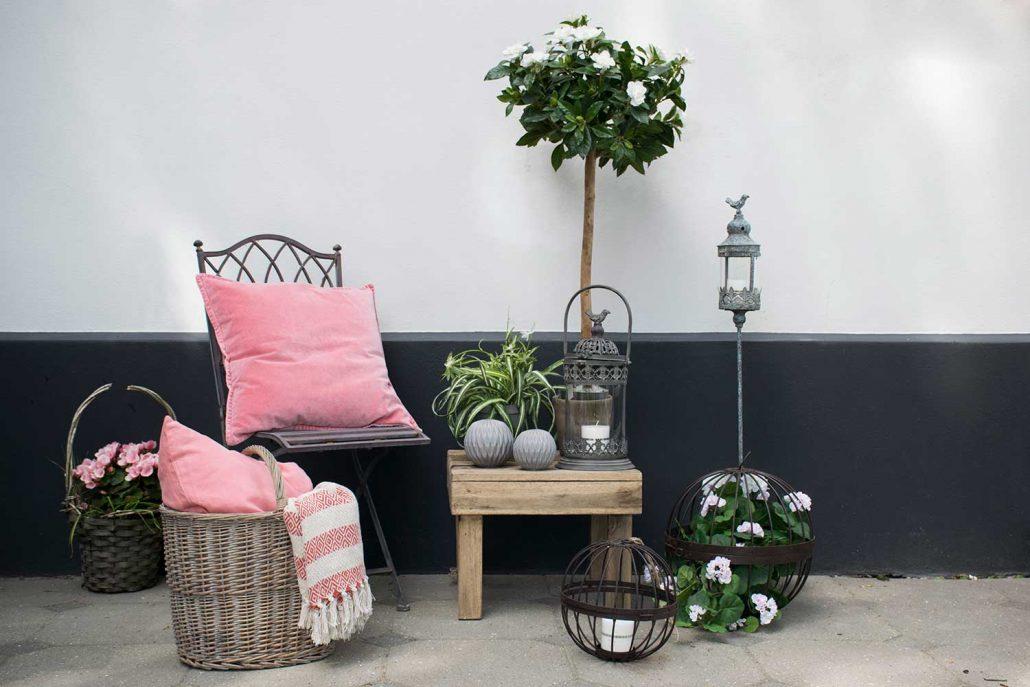 Terrasse indretning med pynt til haven