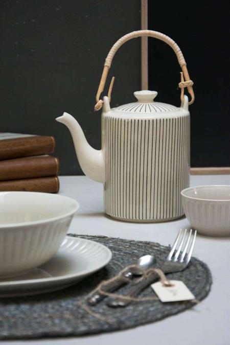 Rund dækkeserviet og stribet kaffekande med bambus hank