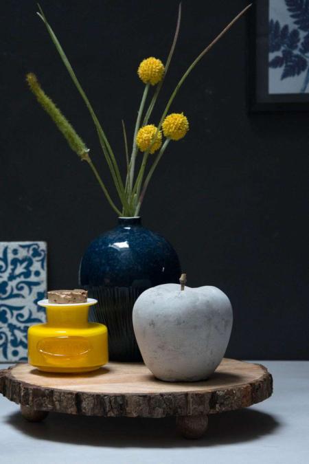 Inspiration til efteråret 2017 - Blå vase på træ bakke