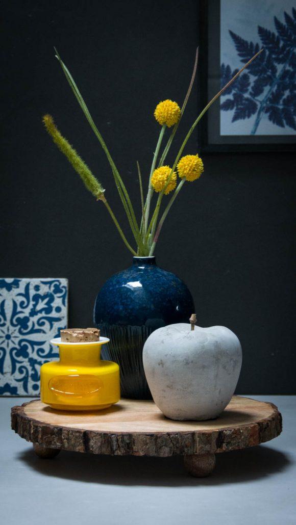 Inspiration til efterårets boligindretning 2017 - Blå vase på træ bakke