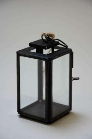 Lanterne af sort metal. Lille lanterne til fyrfadslys. Mini lanterne i metal.