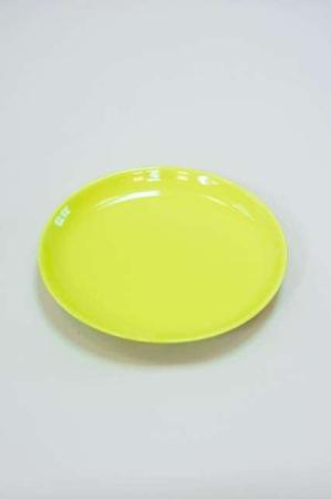 Limegrøn frokost tallerken med hvide blomster