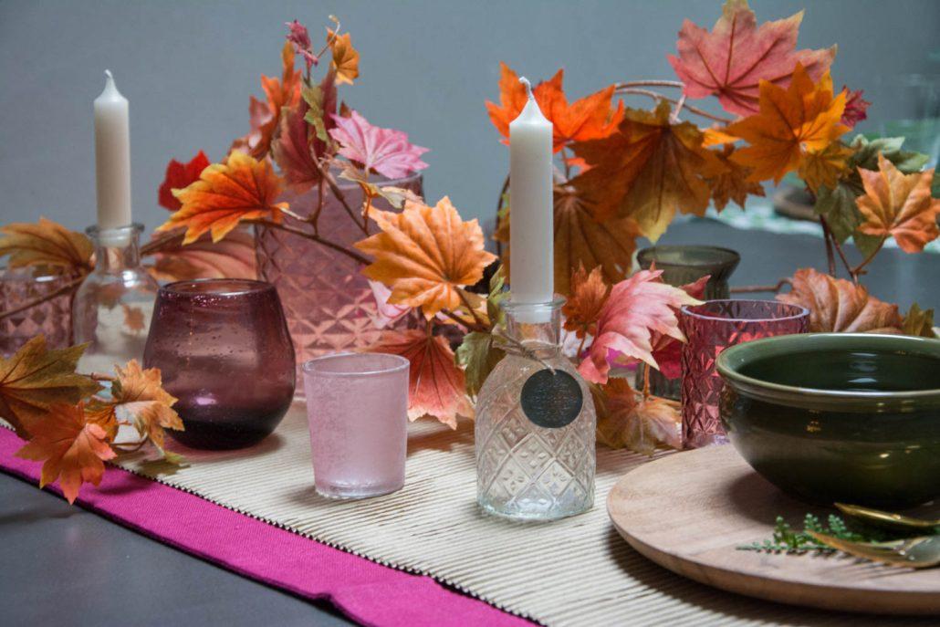 Blommefarvet efterårs bordpynt med farvet glas