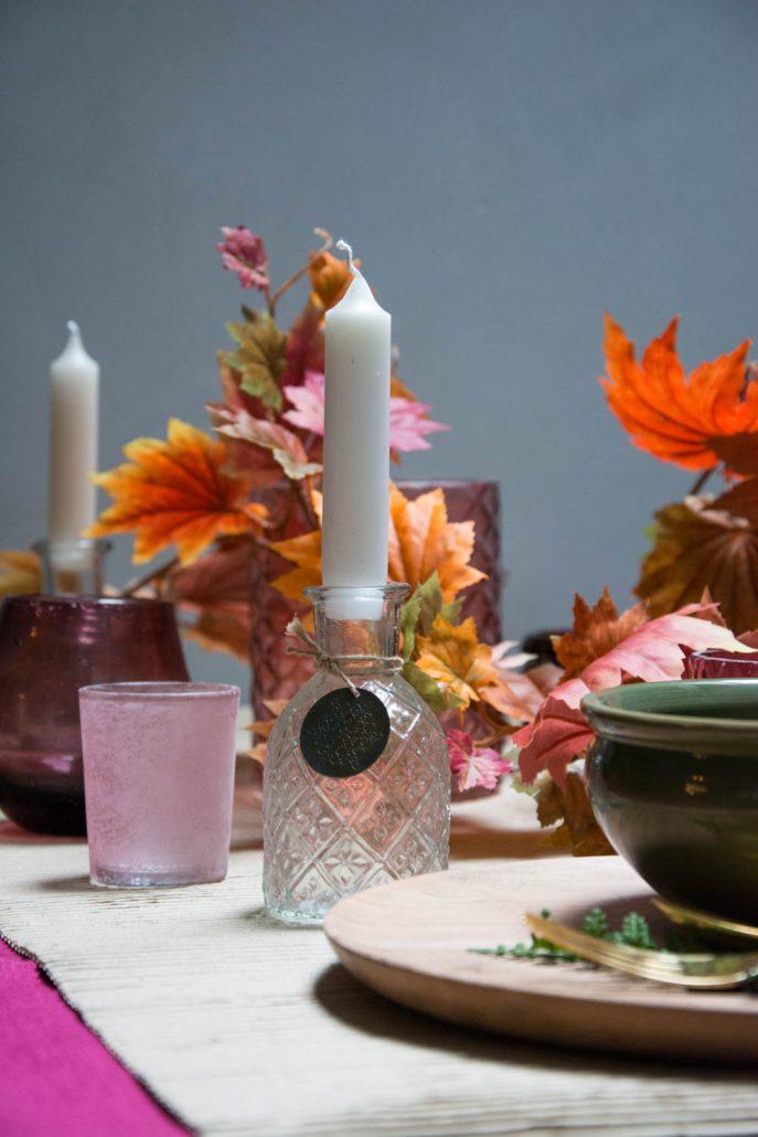 Efterårs bordpynt med efterårsblade og rosa blomme farver