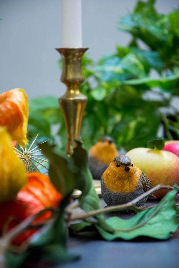 Efterårs bordpynt med fugle og æbler