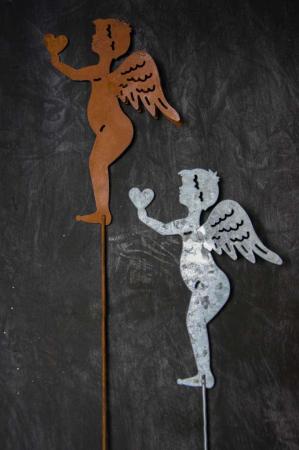 Metalengel på spyd. Engel med spyd. Engel til dekoration. Havepynt. Havefigur.