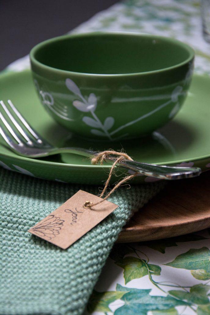 Grøn tallerken med grøn hæklet serviet