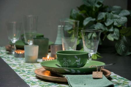Grønt efterårsbord med papir bordløber og grønne tallerkener