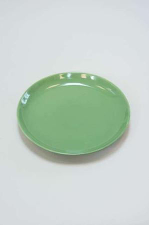 Grøn frokost tallerken med hvide blomster
