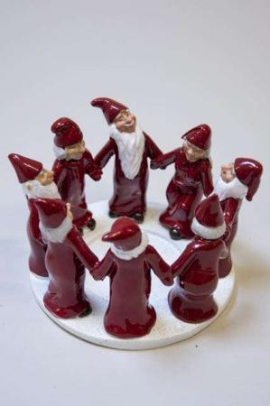 Harvesttime julestage med røde dansende nisser i ring