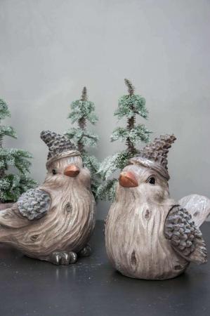 Havefigur. Fugl med snelook og hue. Udendørs skulptur til jul. Vinterfugl til have. Havepynt.