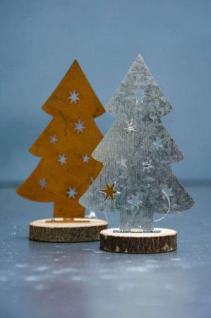 Juletræ i jern med stjerne på træstub