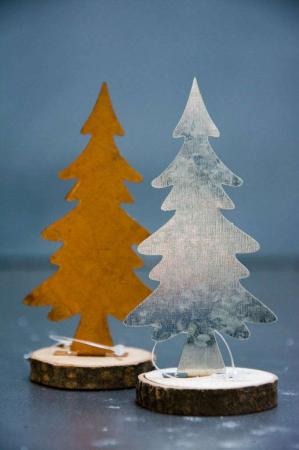 Juletræ i jern på træstub